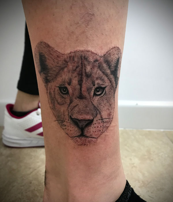 Tatuaje leona tobillo, estudio en Cartagena, Murcia