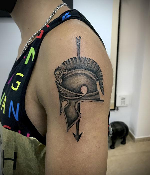 Tatuaje de casco de gladiador en blanco y negro