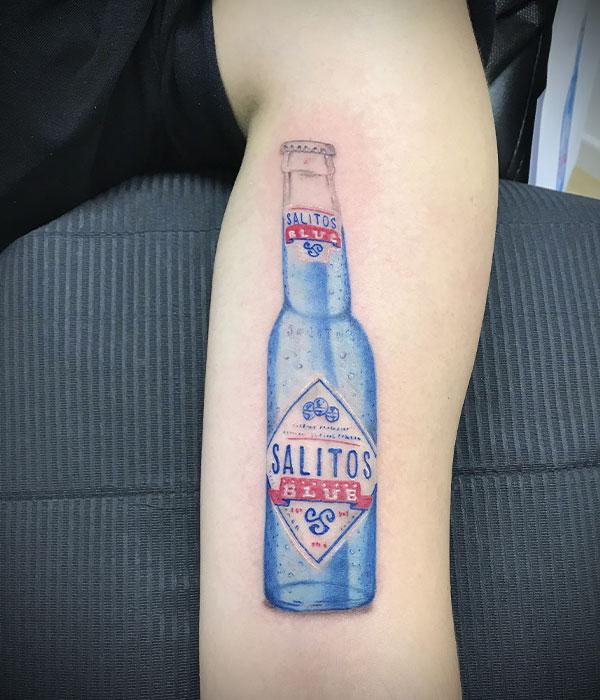 Tatuaje botella cerveza a color estudio De La Rocha Tattoo Cartagena