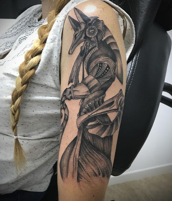 Tatuaje egipcio en brazo en Cartagena por De La Rocha Tattoo