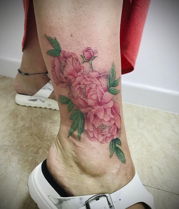 Tatuaje en tobillo con flores a color en estudio de tatuaje en Cartagena